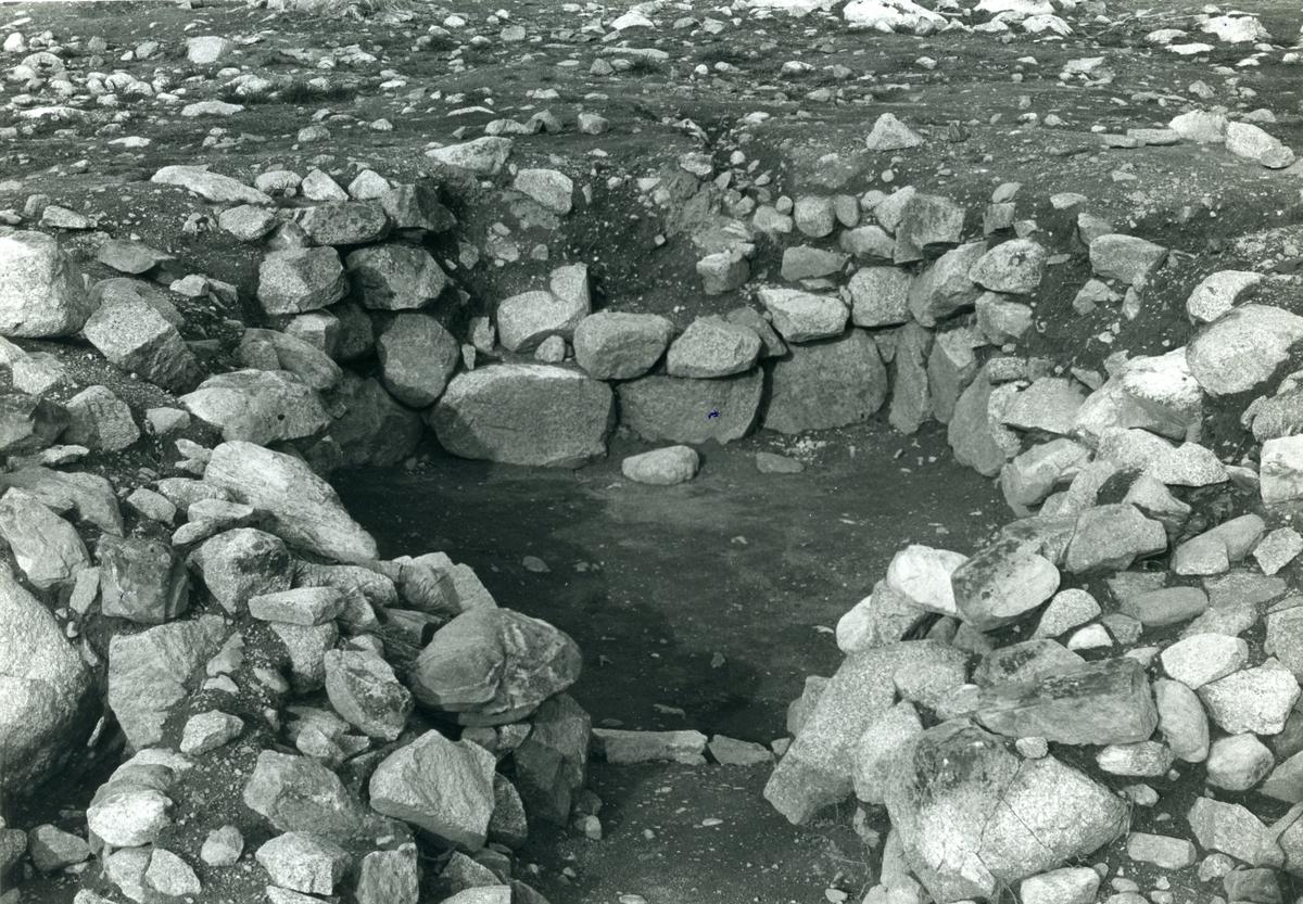 """Karbenning sn, Lapphyttan. """"I denna jordkällare har ett tiotal klimpjärn påträffats."""