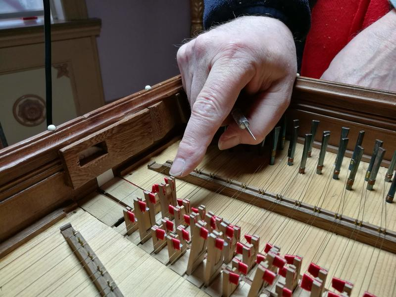 Detaljer fra mekanismen som gir cembalo den særegne lyden.