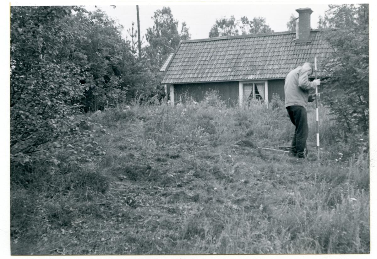 Götlunda sn, Hasta.  Säter. Grav 2 från nordväst. (Före avtorvning). Man med eventuell inmätningsstav. 15/7 1960.