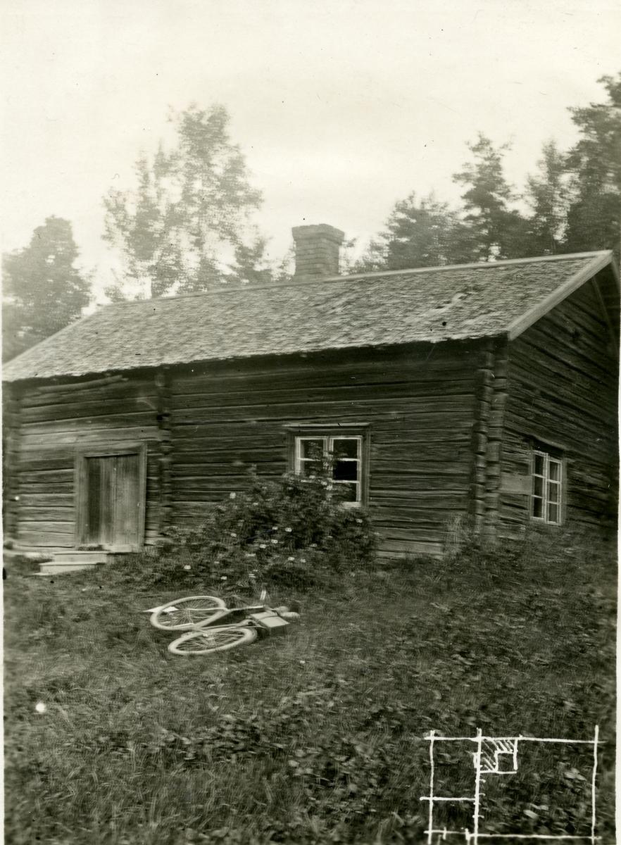 Kolsva/Malma sn, Vallsta. Torp vid Wallsta. Boningshus uppfört av liggande, knutat timmer på stenfot, delvis i bruk.