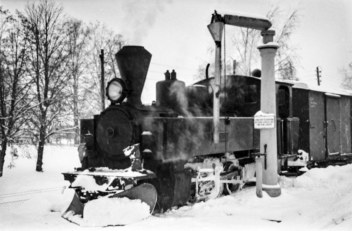 Aurskog-Hølandbanens damplokomotiv nr. 6 HØLAND ved vannstenderen på Sørumsand stasjon.