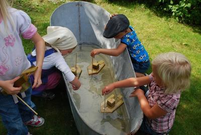 Vi tester de hjemmelagede propellbåtene i sinkbadekaret.