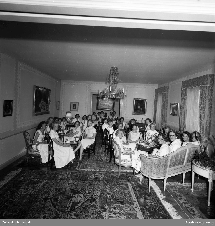 Fest för elever från flickskolan hemma hos byggmästare Edvin Bäckström.