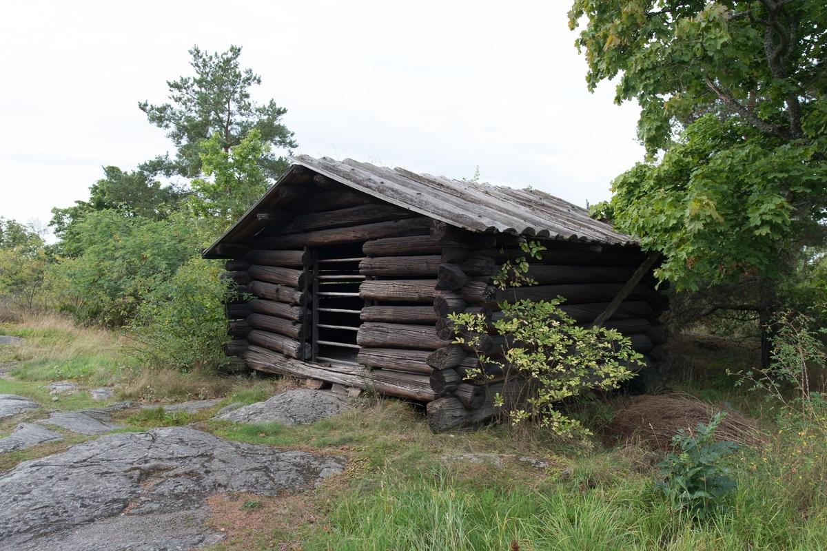 Höladan i Älvrosgårdens norra utkant är timrad i en våning. Höladan har sadeltak; ett sågat brädtak med bottnar av bräder och lock av bakar.  Höladan flyttades till Skansen 1915 från Älvros socken, Härjedalen.