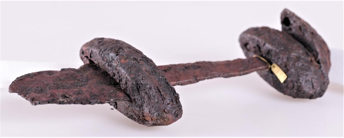 Sverdhefte av tveegget sverd type Rygh 494 fra vikingtid. Gravfunn fra Dyste, Kolbu.