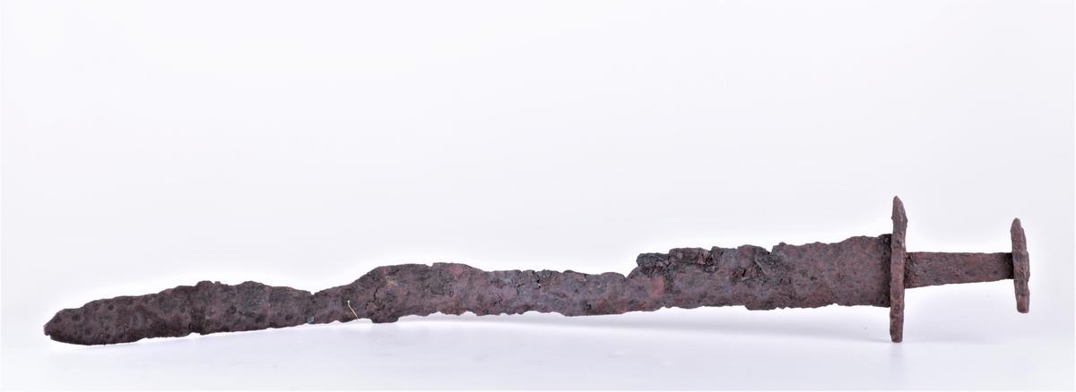 Tveegget sverd i jern av typen R. 489 fra vikingtiden. Funnet på Gile 1909. Klingen noe krøkt.
