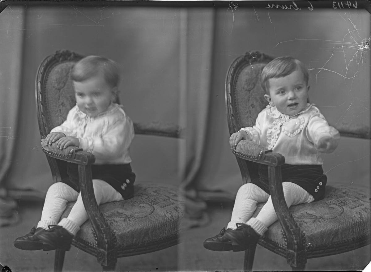 Portrett. Liten gutt med hvit skjorte med rusjer, mørk kortbukse, lyse strømper og mørke sko. Bestilt av Mandi Hemmingstad. Førland. Tysvær.