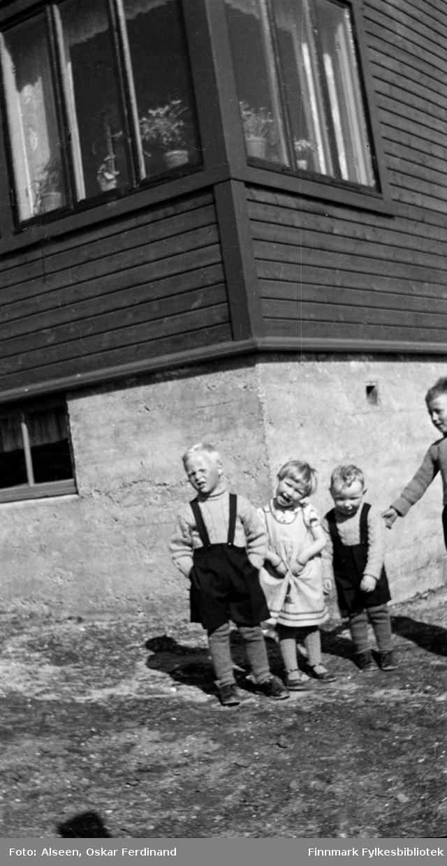 Utenfor huset til familien Alseen i Vardø ca. 1939. Barna fra venstre: Tormod Holand, Karin Alseen og Kolbjørn Holand.