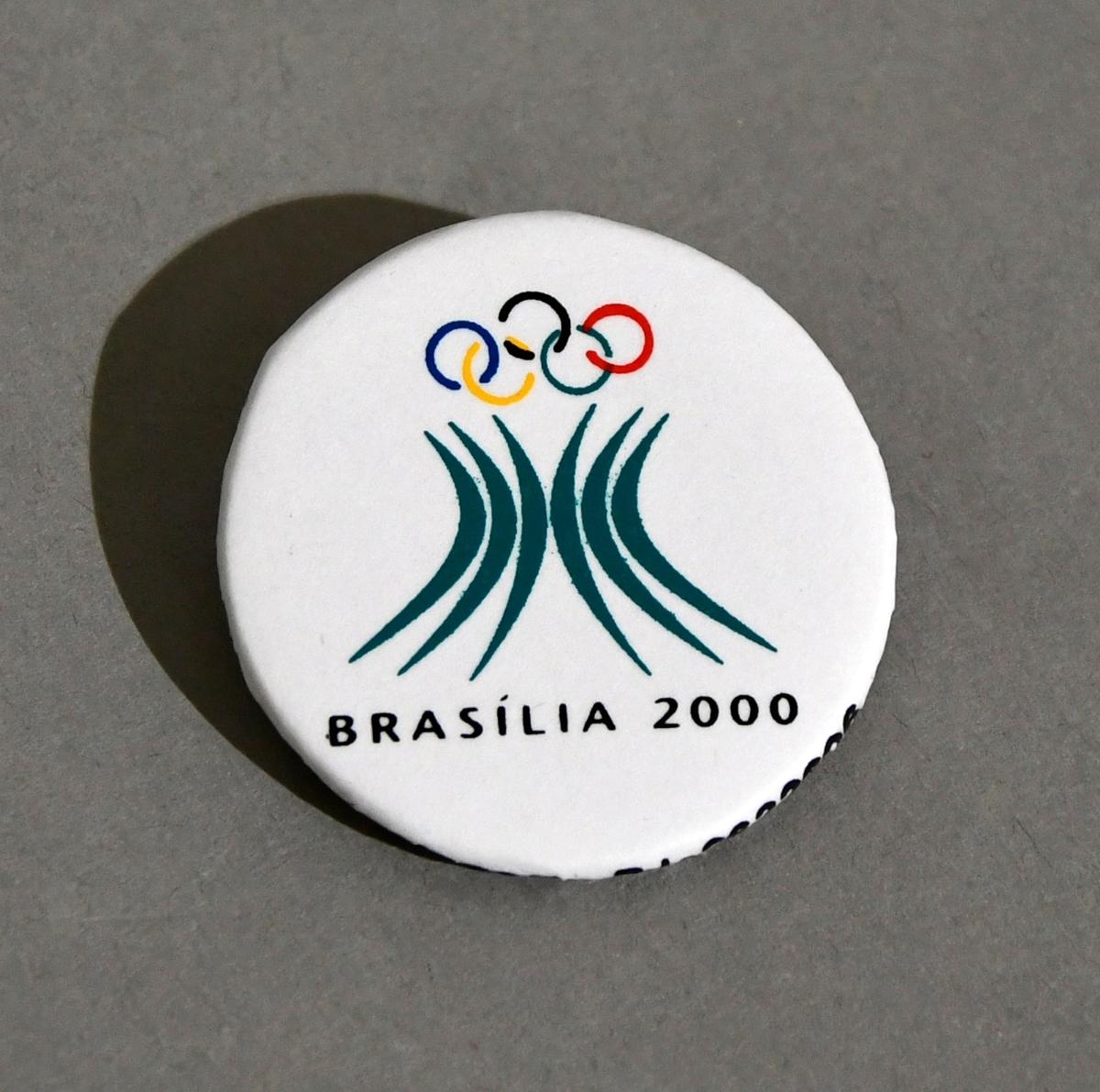 Hvit button med emblemet for søkerbyen Brasilia, for sommer-OL i 2000