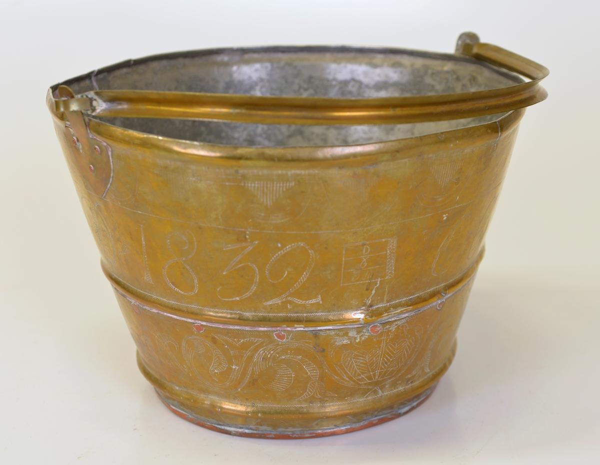 Spann tillverkad av mässing med botten av koppar. Nya fästen för hanken.