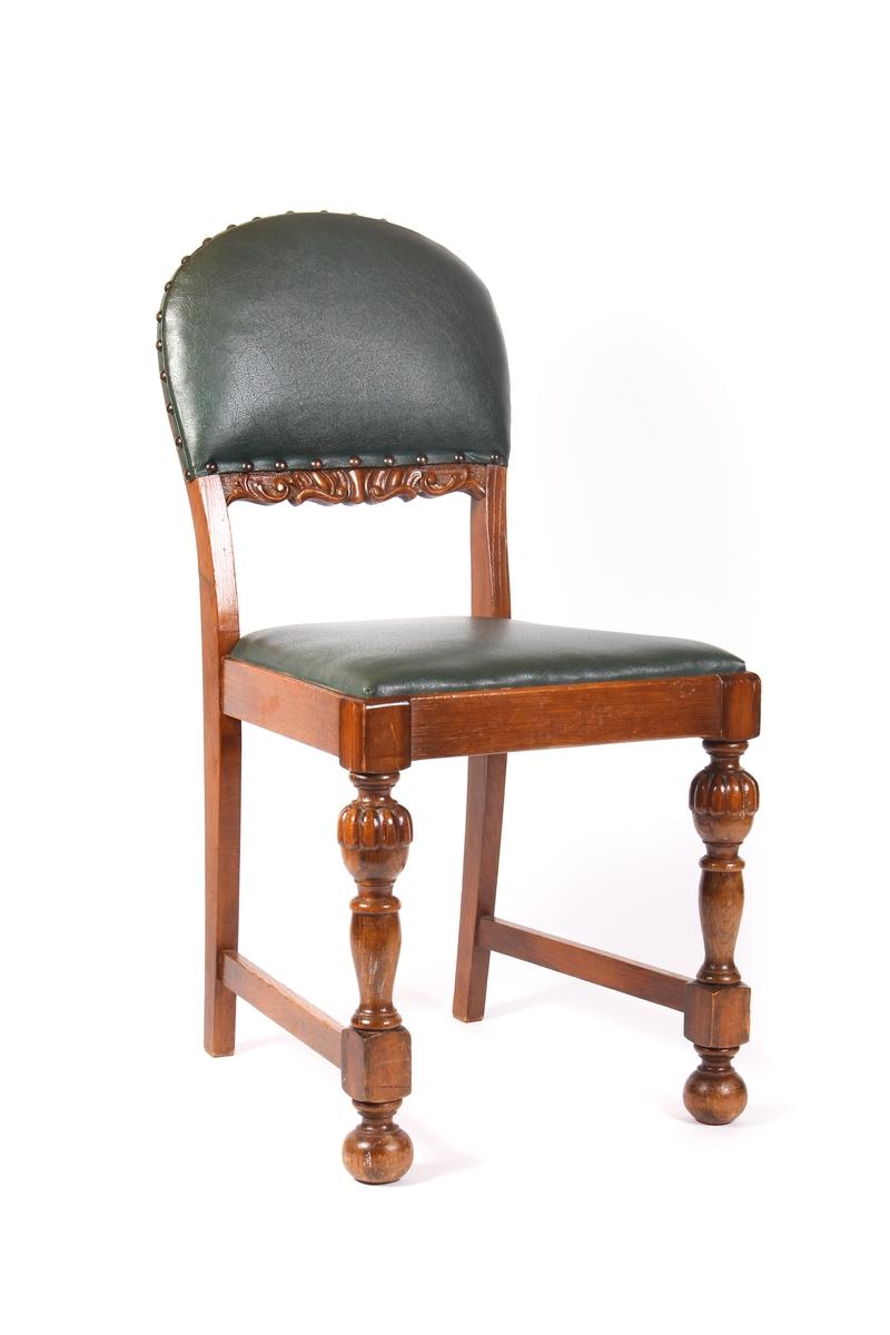 Stol med grønt skinntrekk på sete og i rygg. Dreide frambein.
