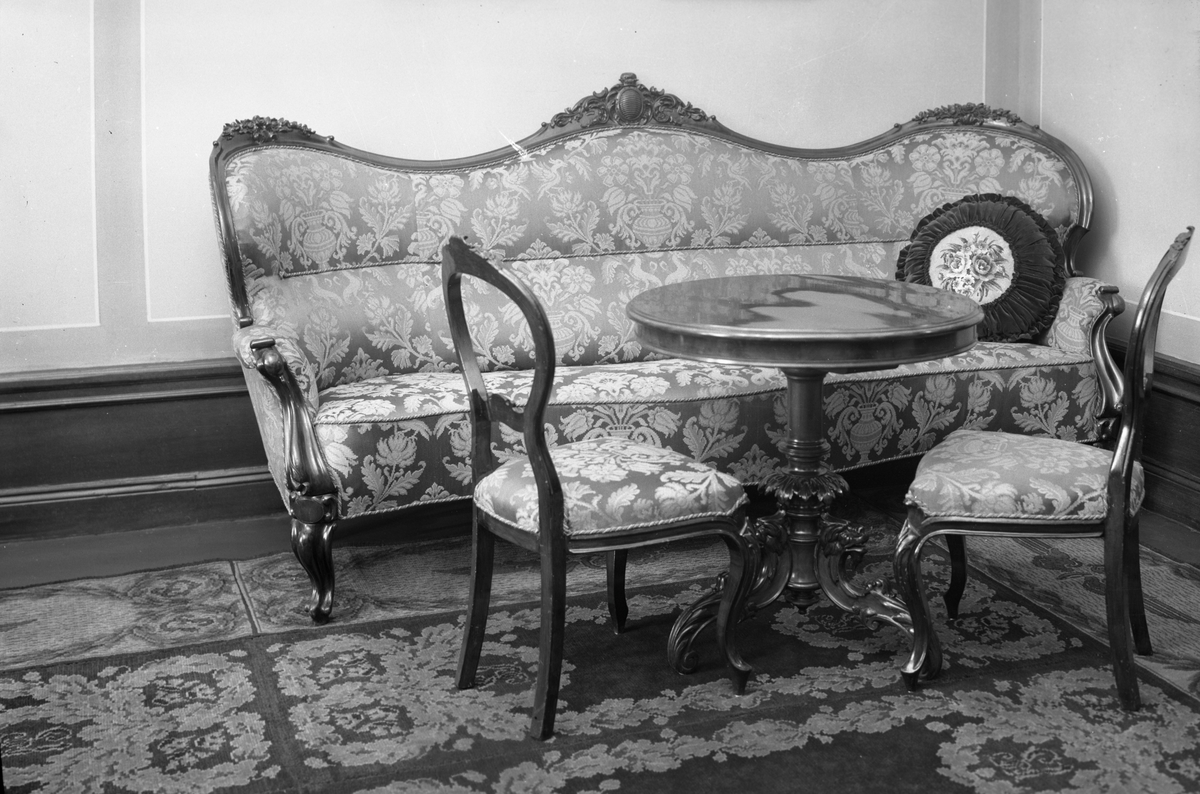Soffa, bord och stolar i Mj Werners rum; Järnvägsmuseet.