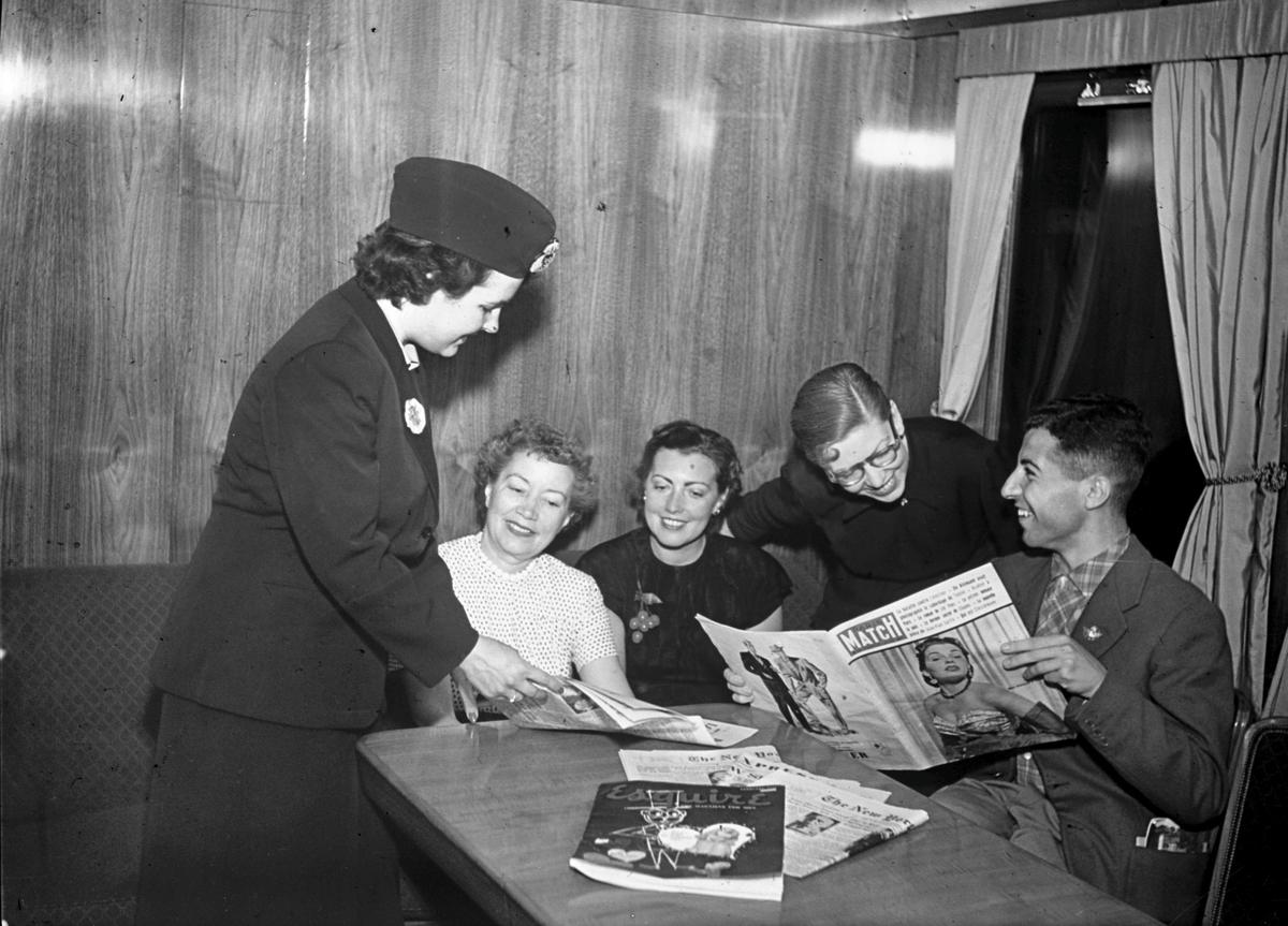 Sunlit Nights Land Cruises tåg. Dollartåg är ett kryssningståg som under 1950-och 1960-talet befordrade främst utländska turister från Stockholm till norra Sverige. Tåget uppkom som ett försök att minska efterkrigstidens valutabrist och man riktade sig i första hand till köpstarka amerikanska turister. Tågvärdinna på kryssningståget.