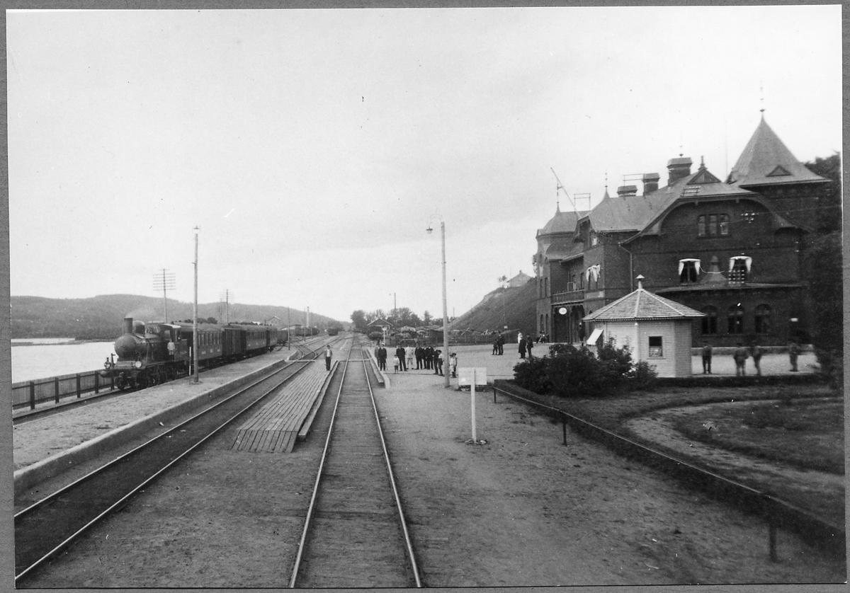 Persontåg vid Ulricehamn station. Ånglok, Borås – Ulricehamns Järnväg, BUJ lok 1, tillverkades 1917 av Nohab. 1940 förstatligades loket och blev märkt som Statens Järnvägar, SJ K7 1548. Det skrotades 1963