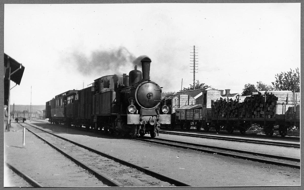 """Skövde - Axvalls Järnväg, SAJ lok 3 """"Sköfde"""" med persontåg vid Axvall station."""