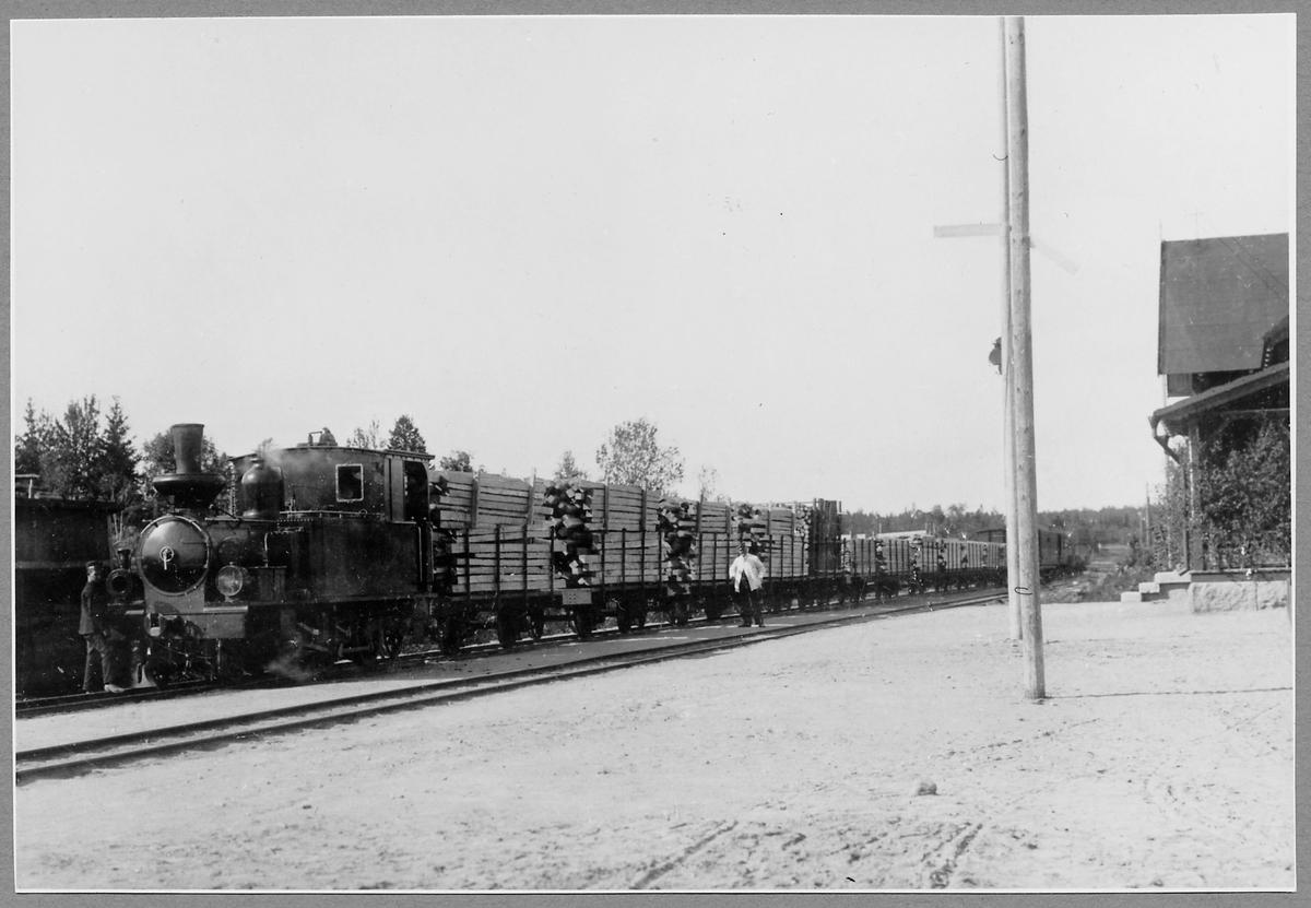Norra Hälsinglands Järnväg, NHJ lok 2 med godsvagnar vid stationen i Via.