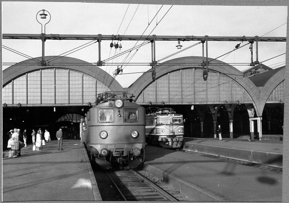 Statens Järnvägar, SJ F 603 samt SJ Rc1 1018 vid Malmö centralstation.