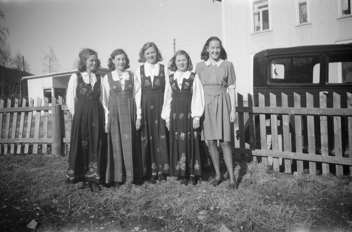 Gruppebilde av fem festkledde, unge jenter på eiendommen Vie, tilhørende Birger Børresen, ved Vestre Gausdal Handelsforening
