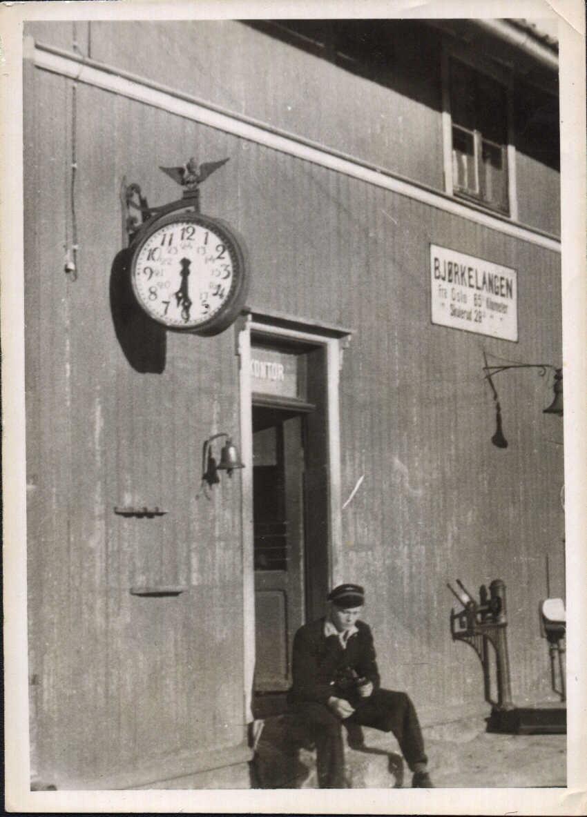 Olaf Thuen på trappen til stasjonsmesterens kontor på Bjørkelangen stasjon.
