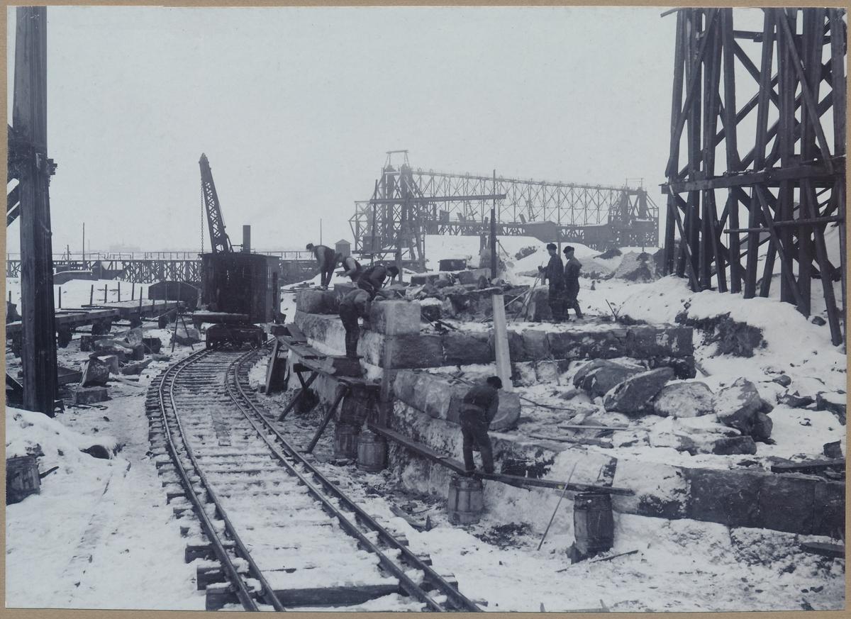 Ombyggnad av malmutskeppningsbryggan på Svartön invid Luleå. Vintern 1906-1907. Anordnande an landfäste i samband med ombyggnaden. Ångdriven kran.
