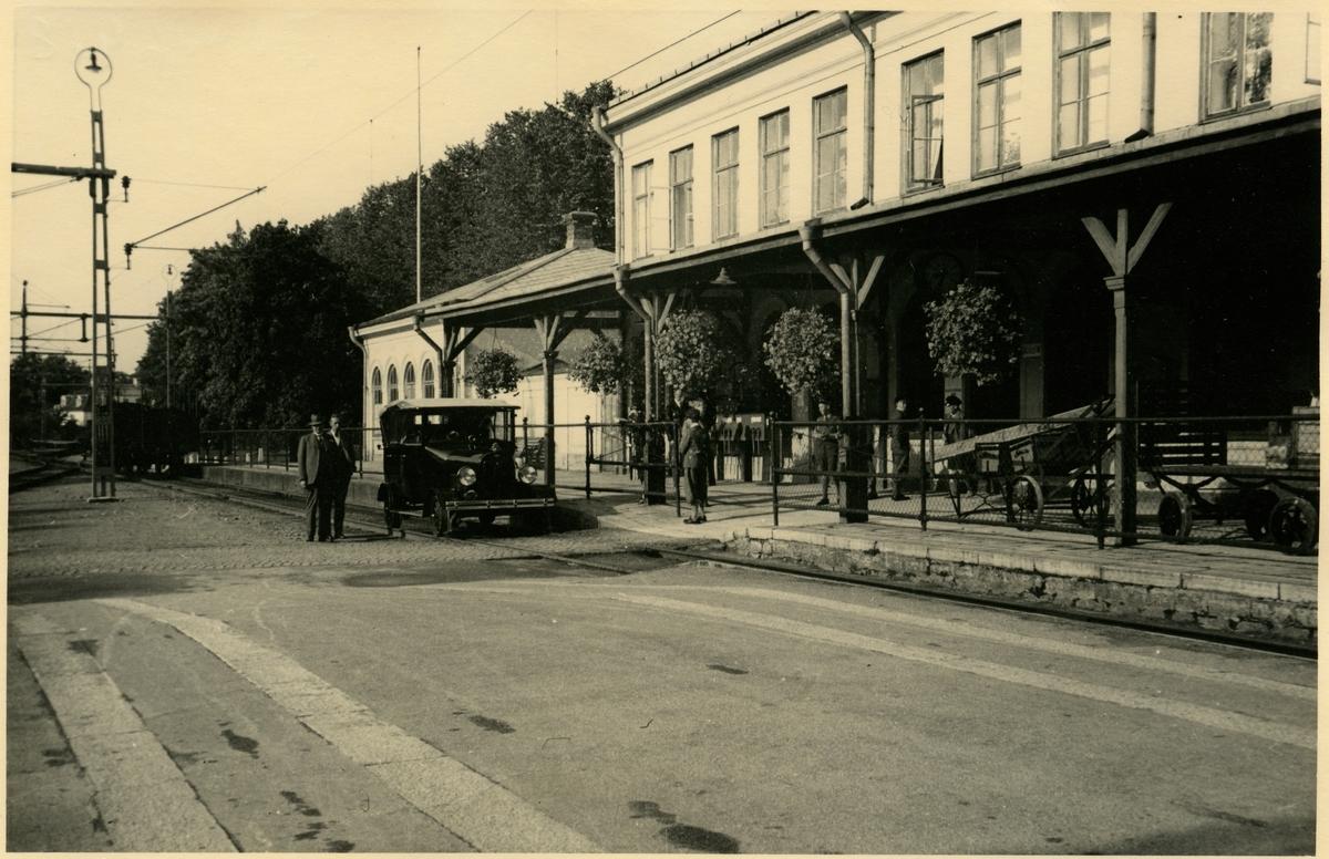 Stationshuset i Motala med dressin framför.