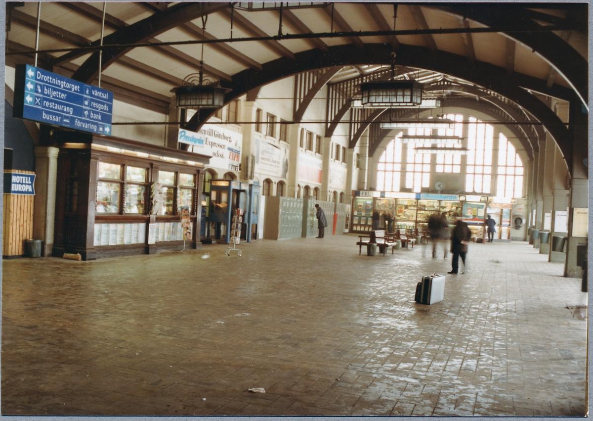 Informationsskylt, pressbyrån och förvaringsboxar i Göteborgs centralstation