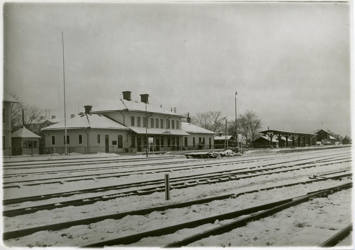 Stationshuset från spårsidan efter ombyggnad, tillbyggd 1924.