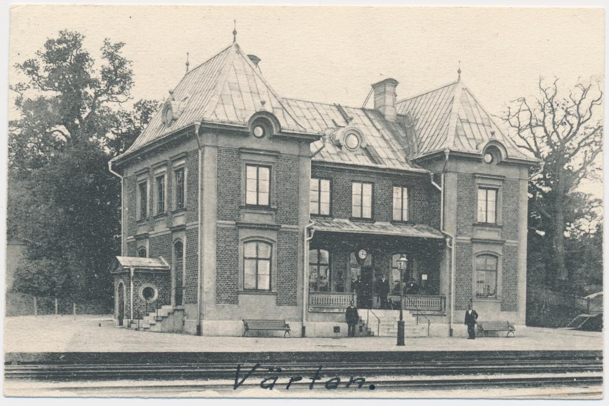 Värtans station. Statens Järnvägar, SJ. Stationen byggdes och banan öppnades 1882. Provelektrifiering genomfördes1905 men den lades ner. 1940 elektrifierades banan slutgitligt. Banan lades ner 1913 och då blev stationshuset överflödigt. Under 1970-talet användes stationshuset som postkontor och idag är det ett kontorshus.