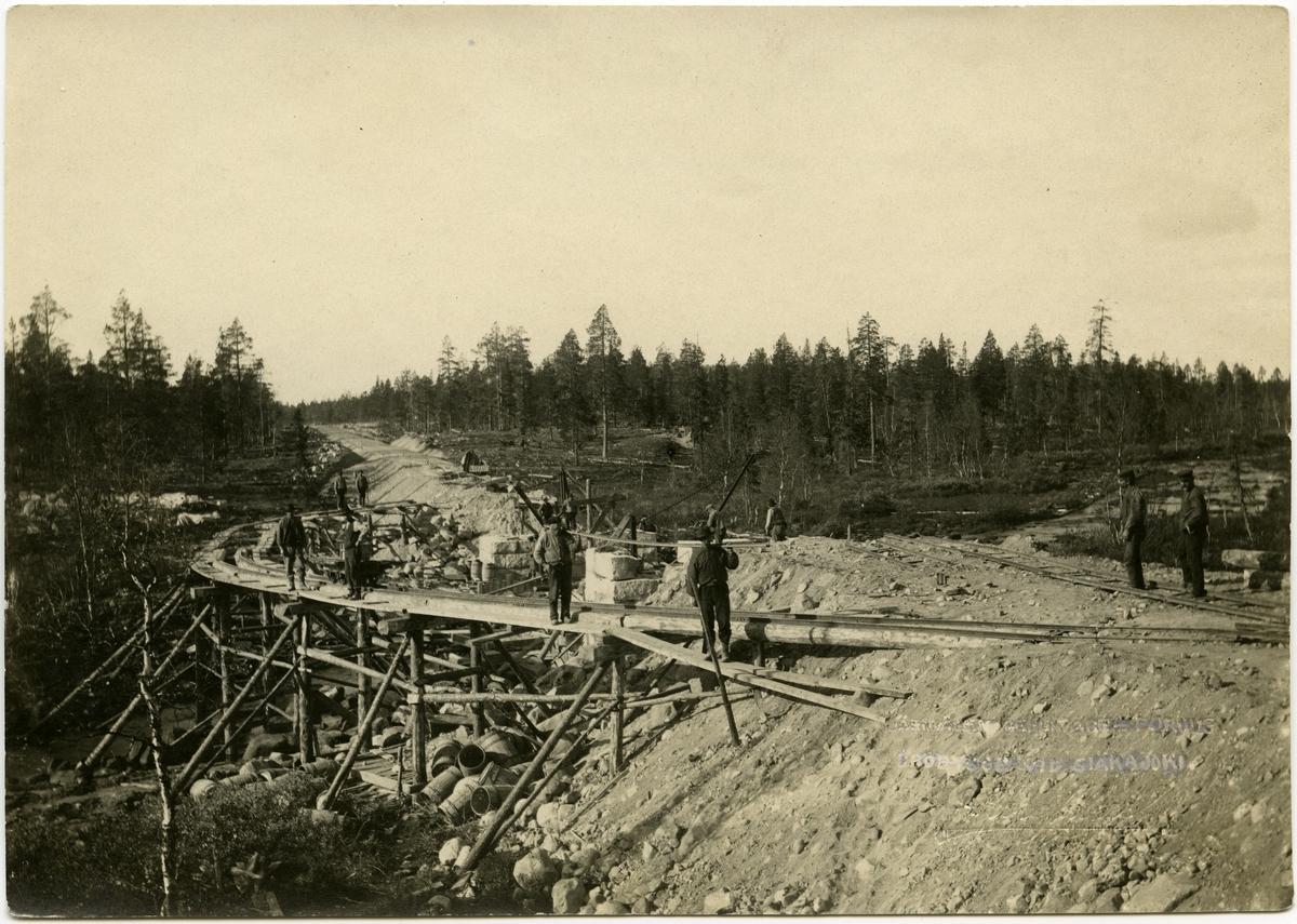 Inlandsbanan Landfästen uppmuras Bro över Siàkajoki