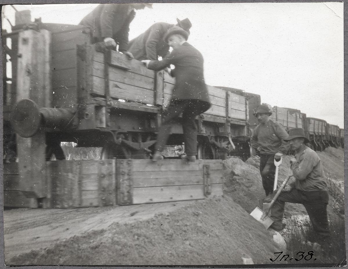 Användning av grussläpa vid bellastningsarbetet sommaren 1912. Gällivare-Porjus.