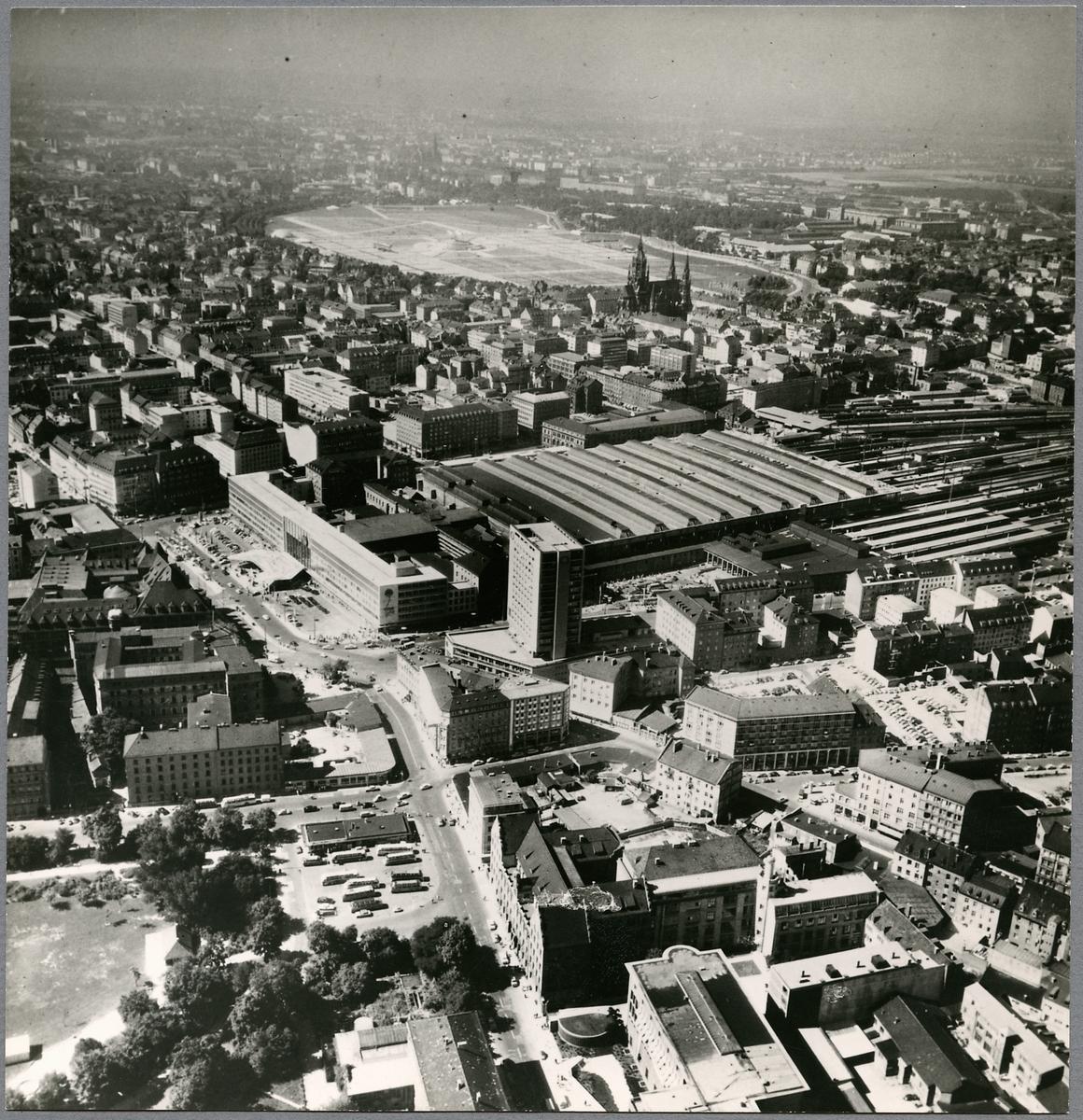 Flygbild över München och dess järnvägsstation.