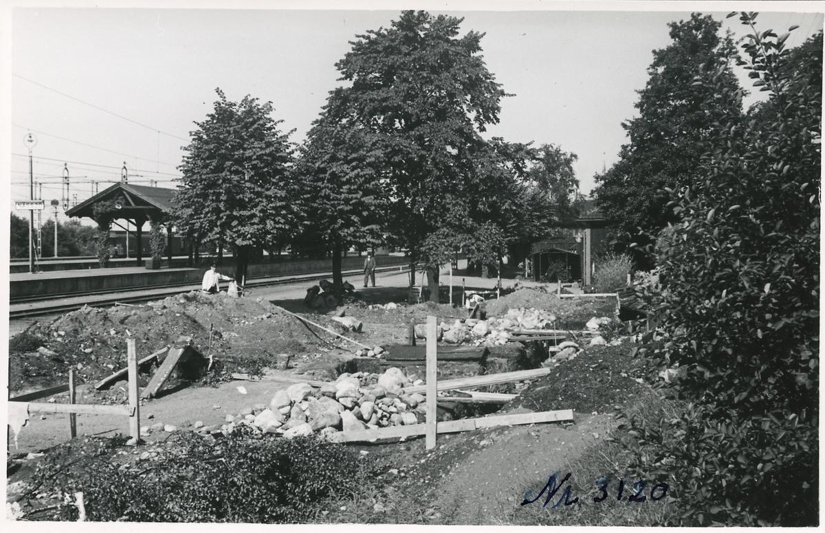 Grävning av grunden inför byggandet av överliggningshuset.