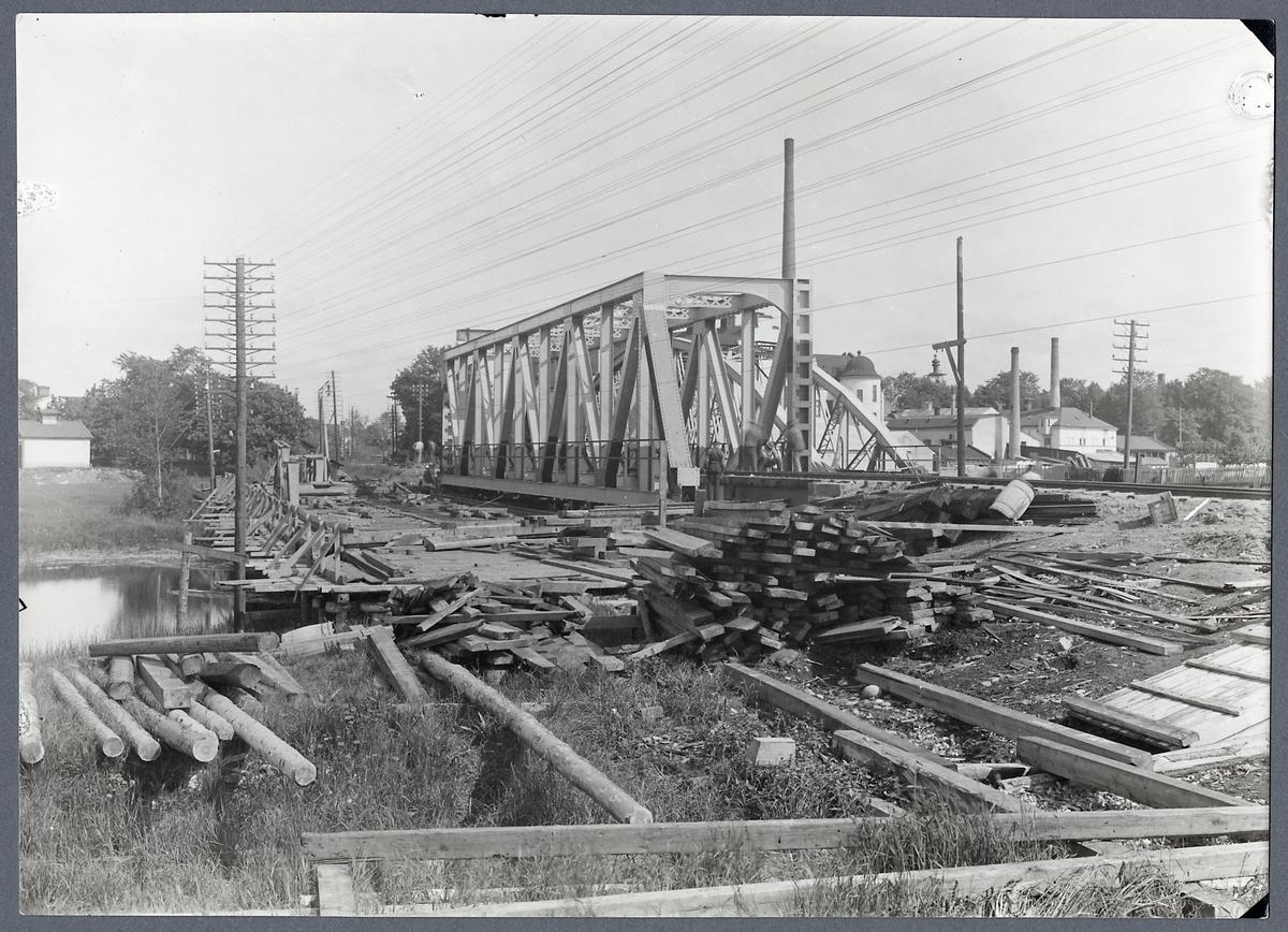 Byggnation av järnvägsbro över Fyrisån i Uppsala.