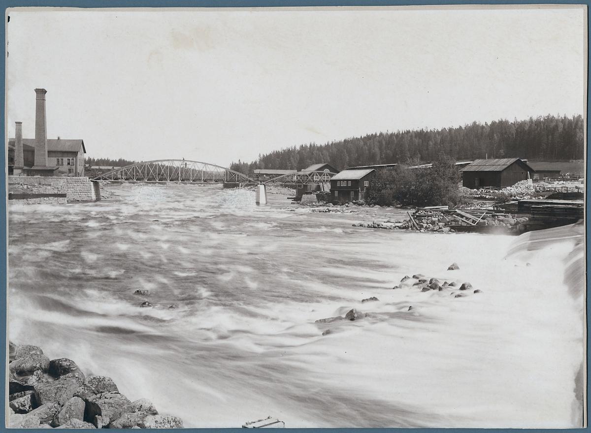 Landsvägsbro över Ljusnan älv vid Bergvik 1888.