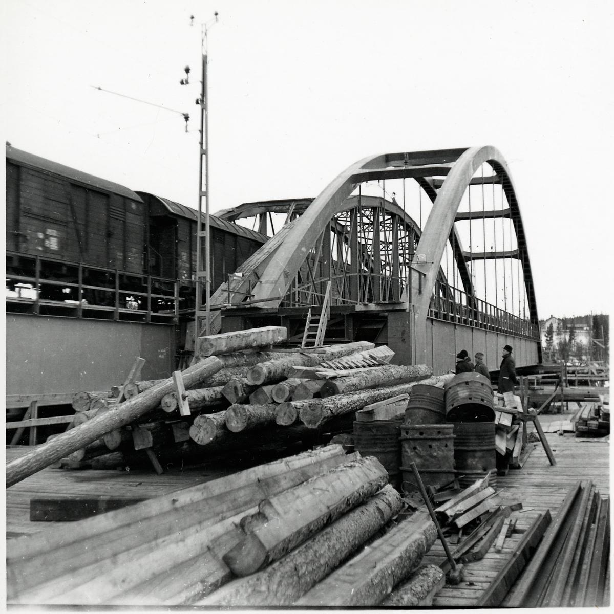 En ny bro är på väg att att anläggas över Skellefteälven på linjen mellan Karsbäcken och Kusfors, längs norra stambanan. Till vänster i bild passerar ett godståg över den gamla bron.