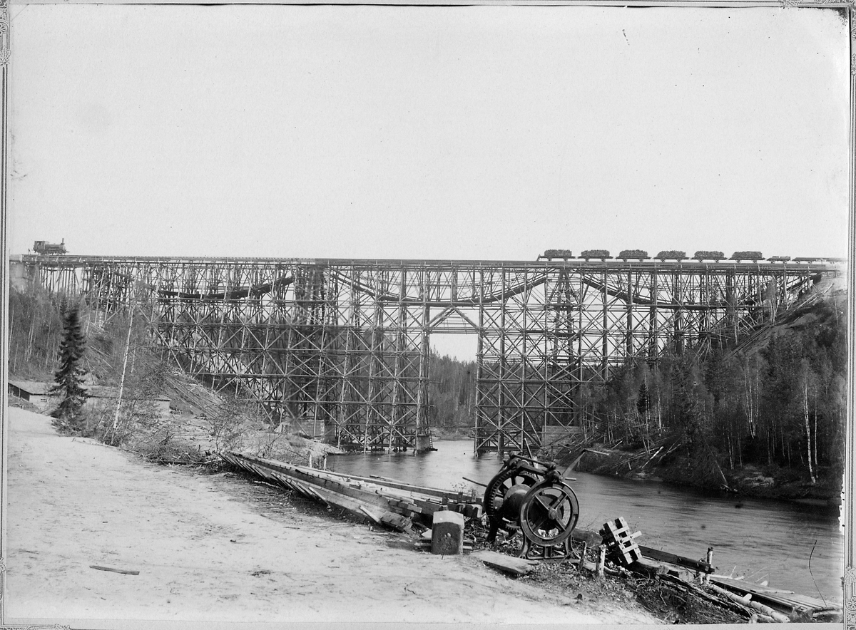 Bygge av järnvägsbro över Öreälven.