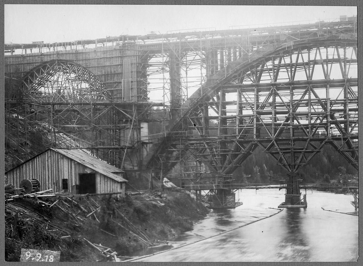 Brobygget över Öreälven under byggtiden.