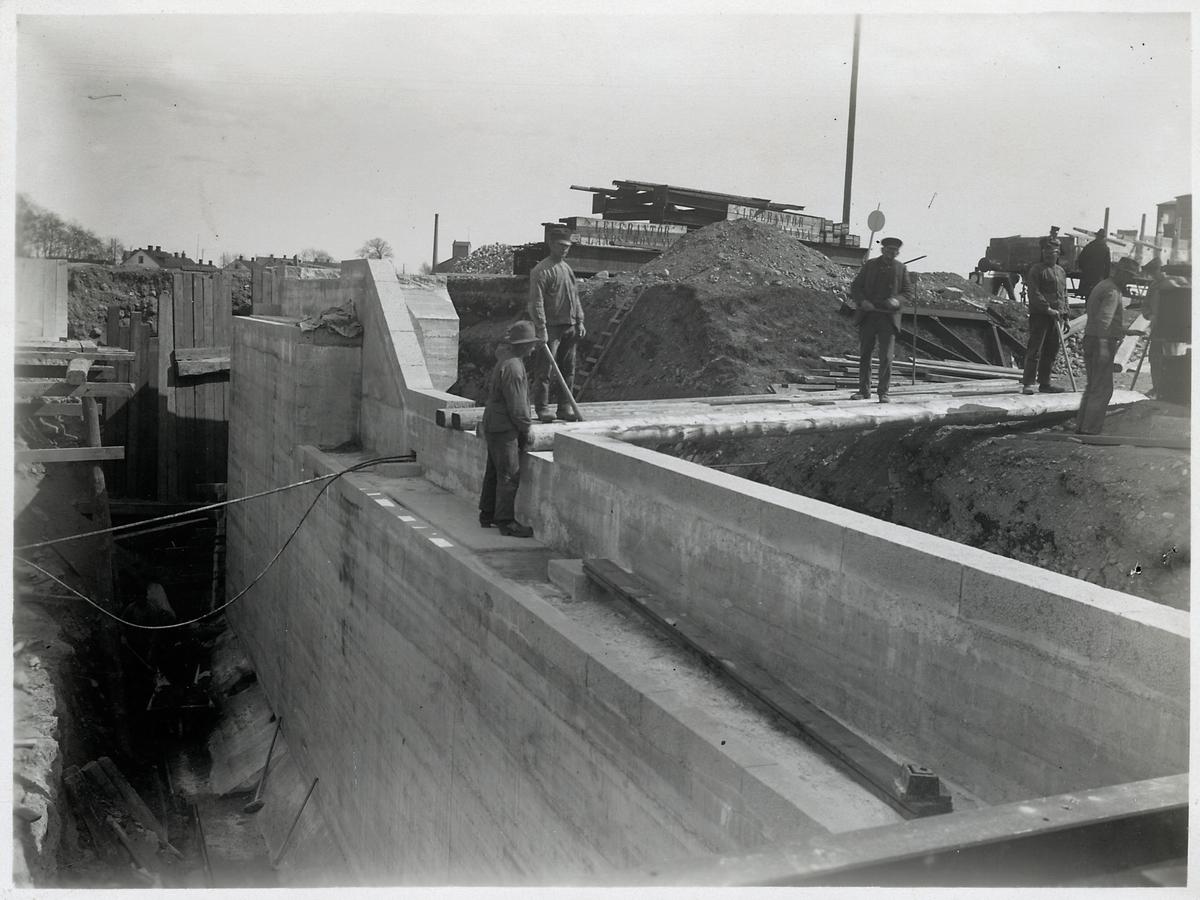 Bygge av vägport i Eslöv april 1923.
