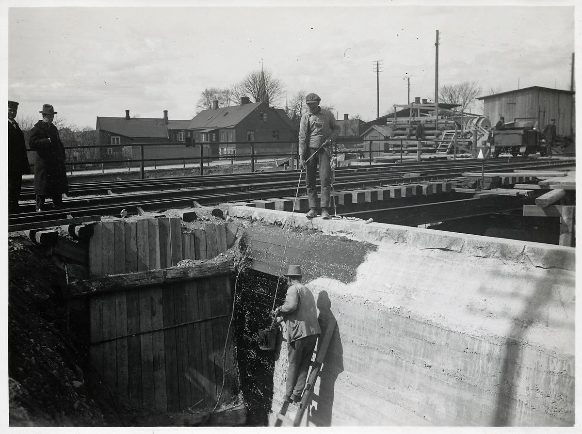 Byggandet av vägport i Eslöv maj 1923. En bildressin syns till höger i bild.