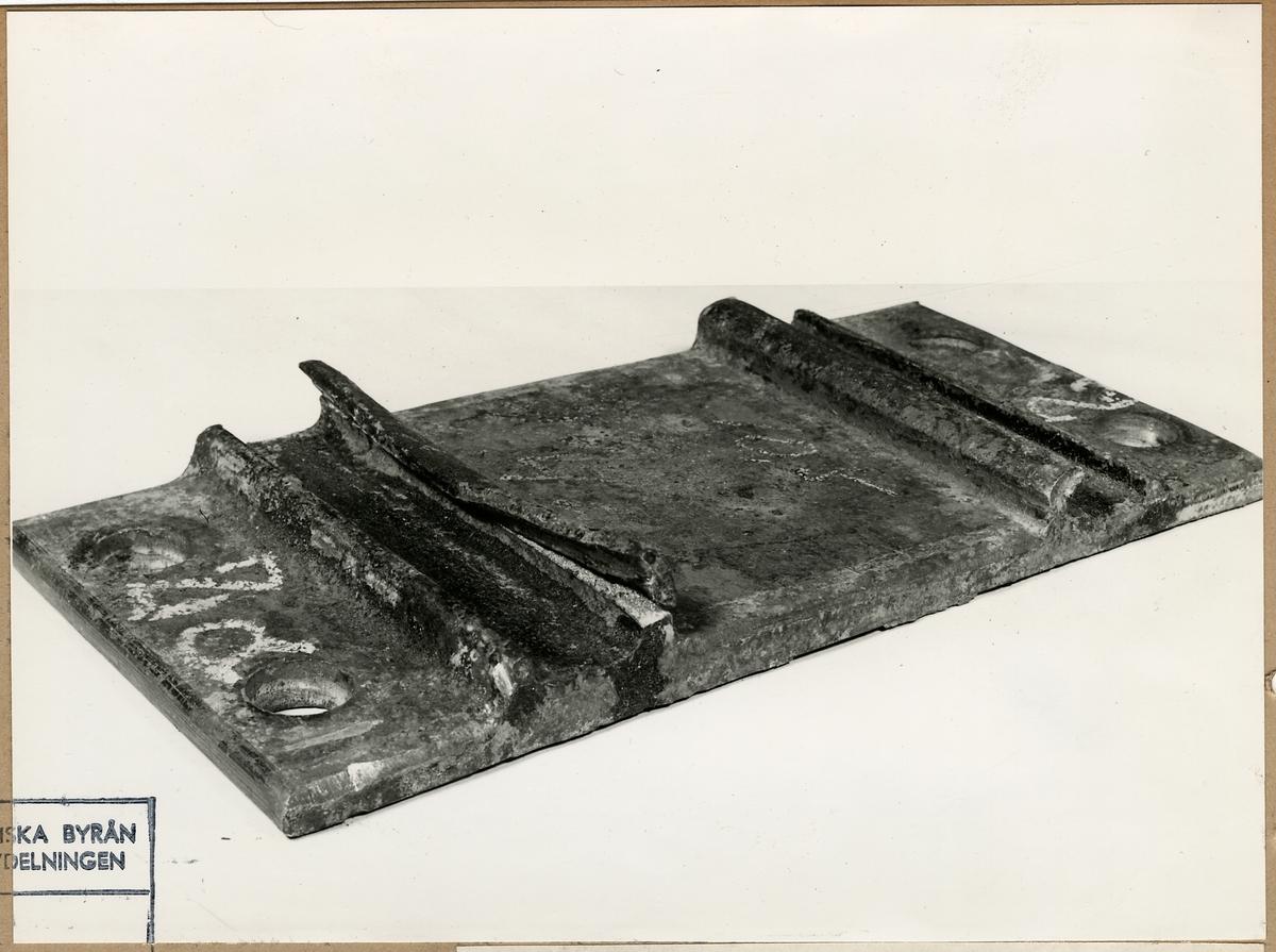 Hey - Backplatta. Plattan har skadats vid påmonteringen av klämfjädern.