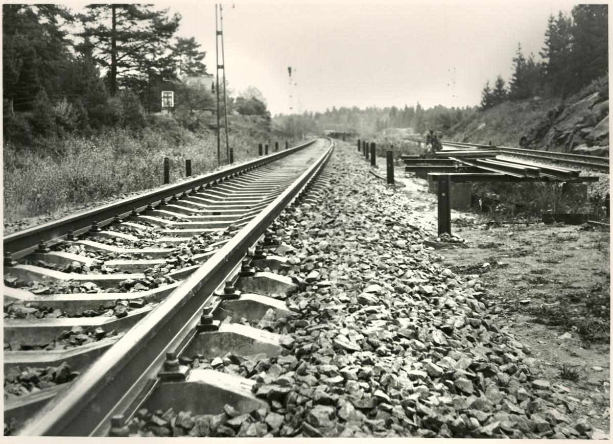 Järnvägsspår med betongslipers.