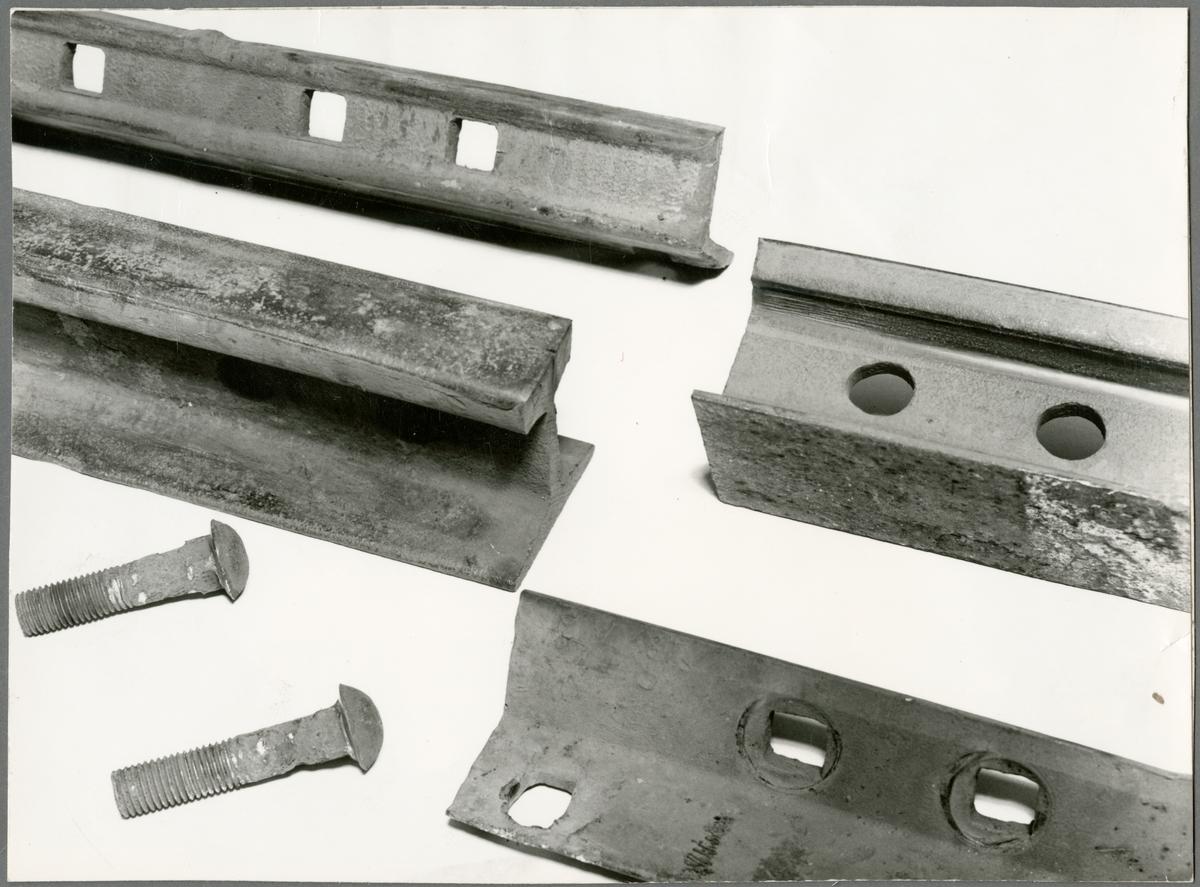 Detaljbild av delar för montering av räls.