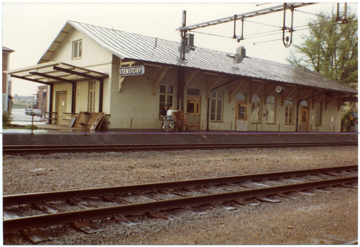 Stenstorps lilla stationshus flyttades 1873 och ändrades till betjäningshus på platsen. I stället byggdes ett nytt större envånings stationshus av sten, som sedemera tillbyggts .Stationen öppnades för trafik den 1/9 1859. Det första stationshuset byggdes 1858. Ny station, som ännu användes, uppfördes 1873 i samband med att HSJ öppnade för trafik. Gamla stationshuset revs 1995-04-25 för att ge plats åt de nya plattformarna. HSJ , Hjo - Stentorps Järnväg