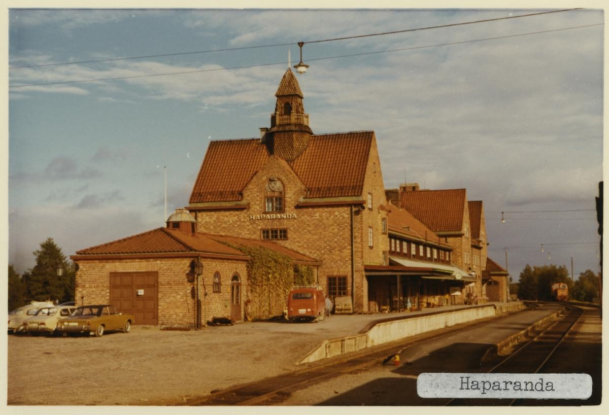 Stationshus i tegel 1915 . K-märkt 1986. Stationen anlades 1915, stationen färdig 1919.