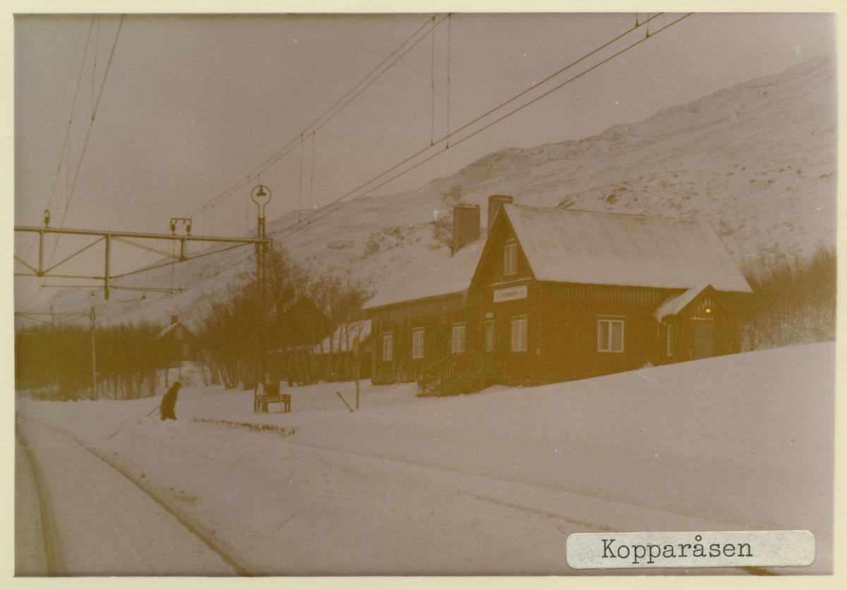 Öppnad 1902 med stationshus som är ett en och en halv vånings stationshus i trä, enligt typritningar av SJ:s chefsarkitekt Folke Zettervall. Men är senare tillbyggt och har försetts med ett rött plåttak. Stationhuset är sålt och används bland annat som uthyrning till friluftslivet.