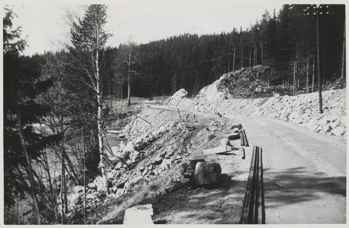 """Anläggande av landsväg vid """"Lugnet"""" i samband med uppförandet av Statsbanan Malung-Vansbro. På linjen mellan driftplats Nordanåker och driftplats Hovafors."""