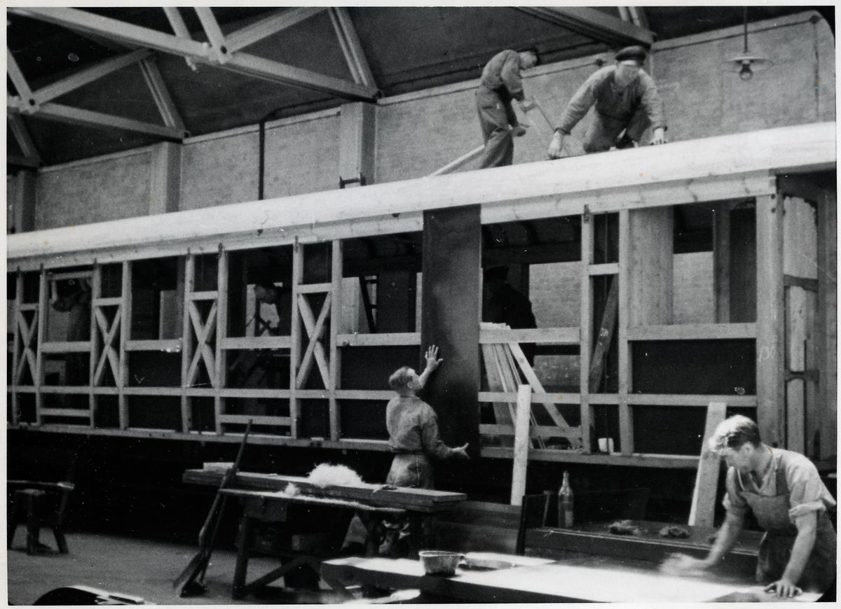 Verkstadsarbete i Blekinge Kustbanors, BKB, verkstad som senare togs över av Statens Järnvägar.