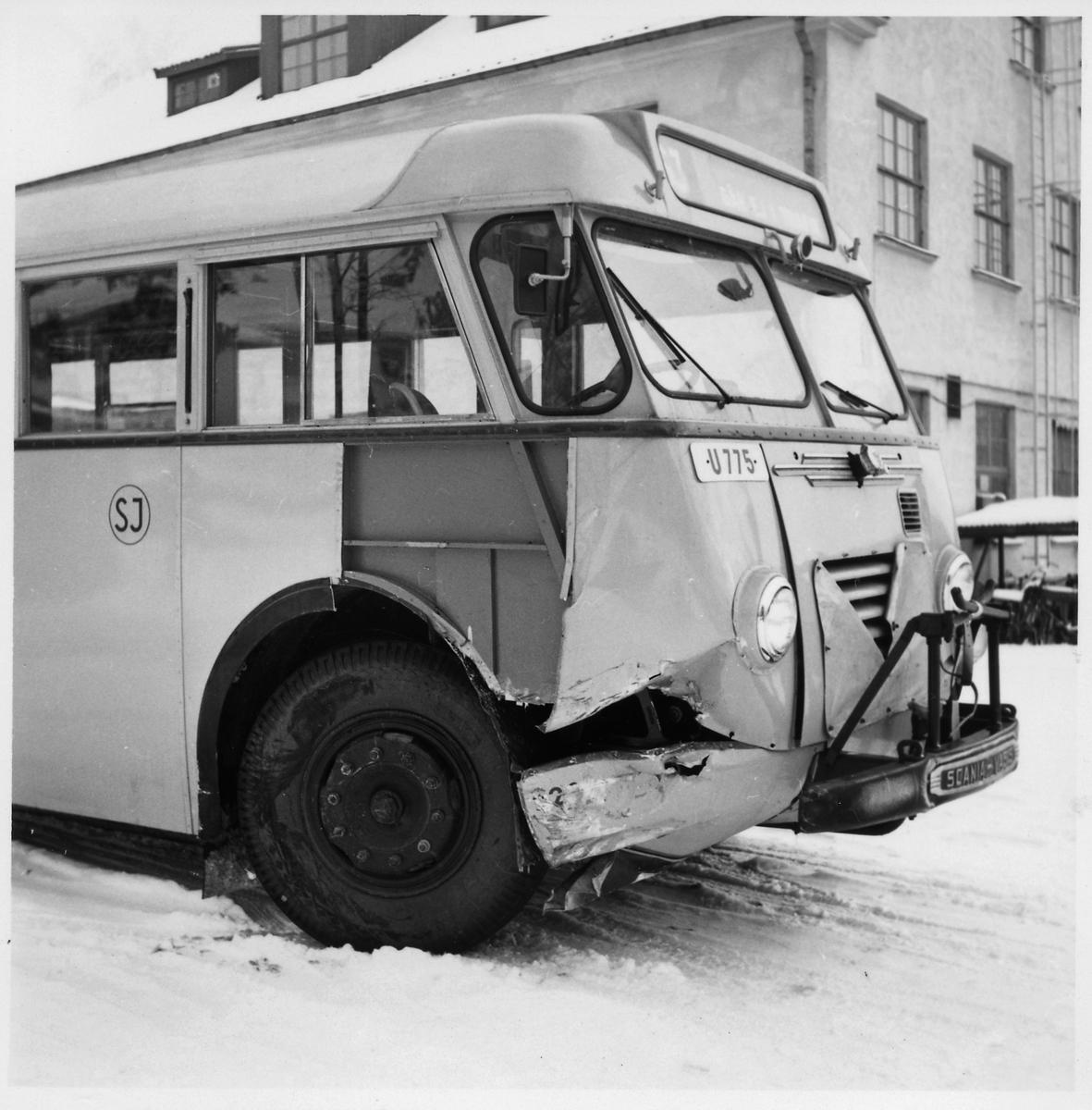Kollisionsskadad Scania-Vabis B62 väntar på reparation vid Svenska Karosseriverkstäderna, SKV. Statens Järnvägar, SJ buss 2201.