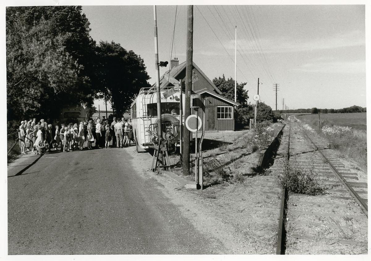 Barn stiger ombord på Statens Järnvägar, SJ buss någonstans i Skåne.