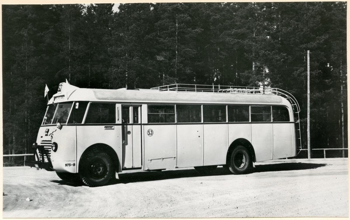 Statens Järnvägar, SJ buss 973-B med boxerkaross och takräcke.